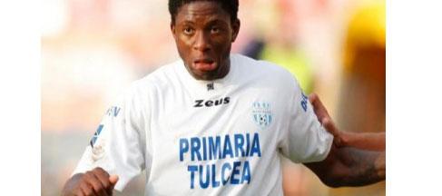 وفاة اللاعب النيجيري شينونزو على أرضية الملعب بسبب ارتفاع ال 20120805184624__nige