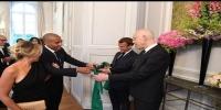 وهبي الخزري يهدي قميص سانت إتيان لرئيس الجمهورية و الرئيس الفرنسي