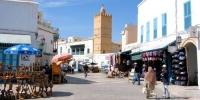 القيروان: تجار المدينة العتيقة يحتجون  للمطالبة بالسماح لهم بفتح محلاتهم التجارية بصفة عادية الى غاية ليلة العيد