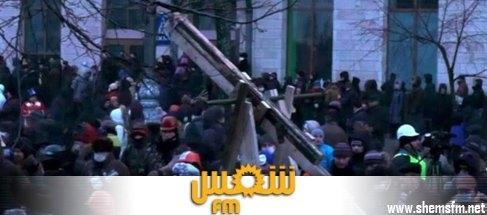 """عالمي أوكرانيا محتجون يصنعون """"منجنيق"""" عملاق لمواجهة رجال الأمن media_temp_139030018"""