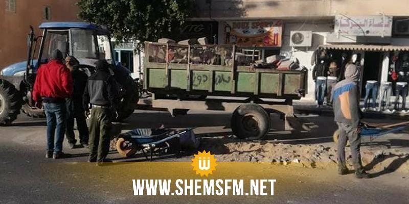 قبلي: عمال بلدية دوز  يقومون بحملة تنظيف لإزالة مخلفات التحركات