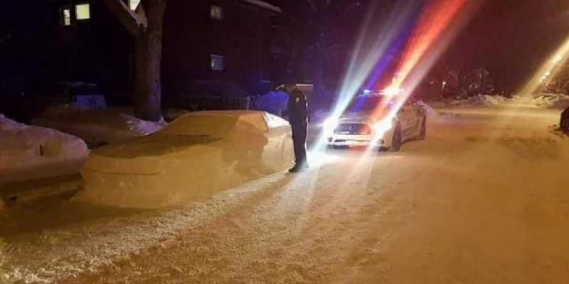 Canada : une voiture sculptée dans la neige reçoit une contravention (Photos)