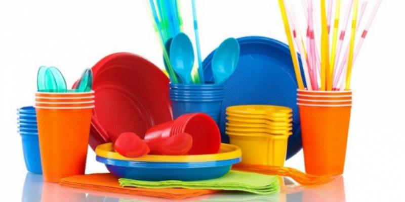 البرلمان الأوروبي يُصوت لصالح حظر الأواني البلاستيكية