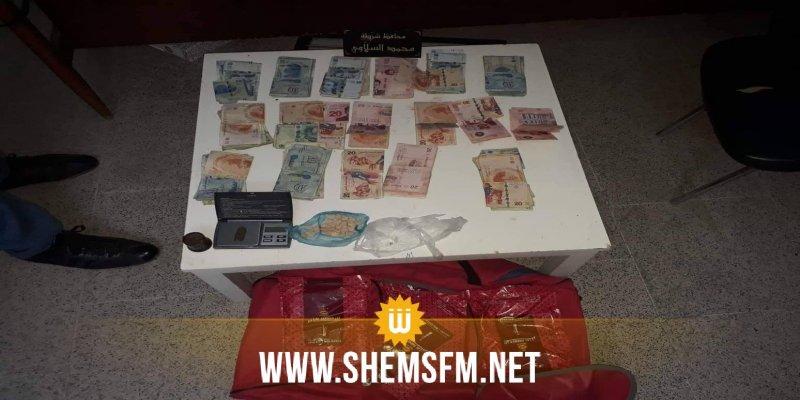حاول ارشاء أعوان الأمن: القبض على شخص بحوزته كمية من المخدرات ومبلغ مالي