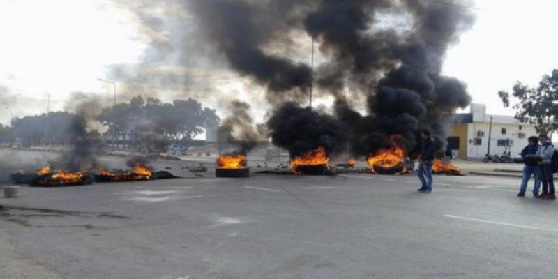 القصرين: عدد من الأهالي يغلقون الطريق الوطنية عدد 91 الرابطة بين بودرياس وفوسانة