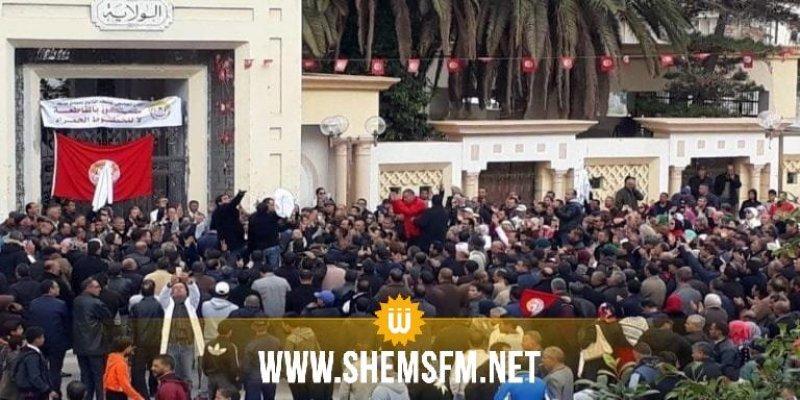 سيدي بوزيد: الأساتذة يحتجون أمام مقر الولاية