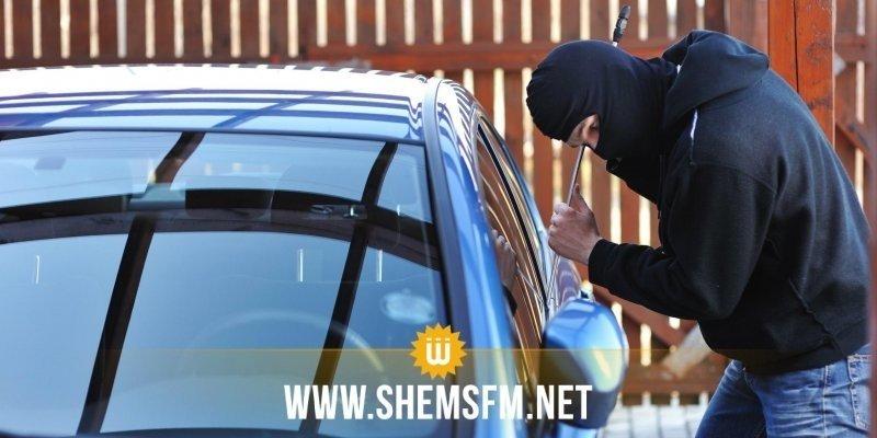 Il se retrouve coincé dans la voiture qu'il cambriolait et appelle la police pour l'aider