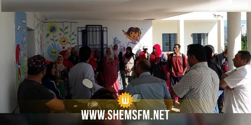 القيروان: أولياء تلاميذ المدرسة الإبتدائية هنشير طراد يغلقون المدرسة إحتجاجا على غياب المعلمين