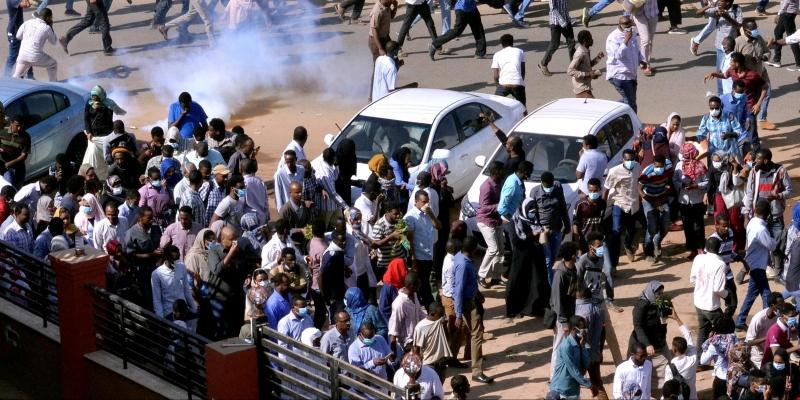 السودان: متظاهرون يطالبون بحكومة مدنية