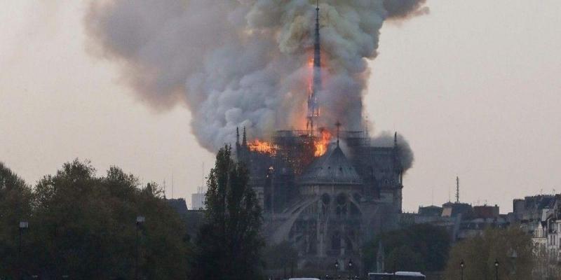 حريق في كاتدرائية نوتردام التاريخية وسط باريس