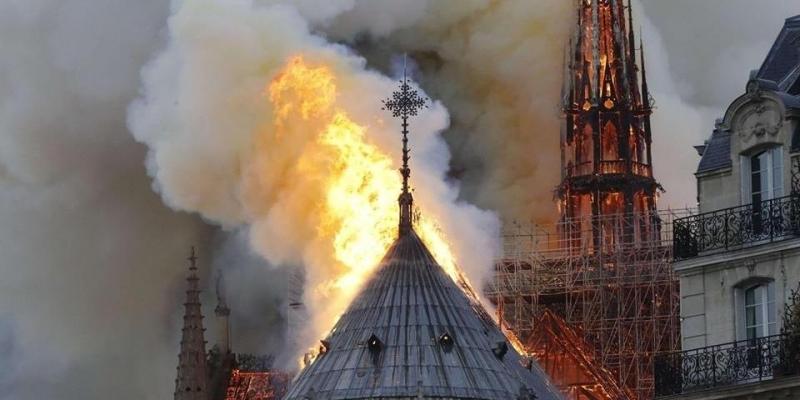 ماكرون يتعهد بإعادة بناء كاتدرائية نوتردام العريقة في باريس