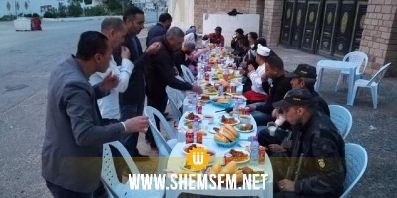 القصرين: أعضاء المجلس المحلي للشباب يشاركون في مأدبة إفطار برفقة قوات الأمن