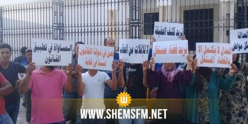 القيروان: وقفة احتجاجية للمطالبة بالتسريع فى كشف ملابسات وفاة بائع خضر ببوحجلة (صور)