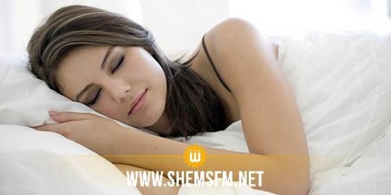 دراسة حديثة: النوم بوجود إضاءة قد يزيد من وزن النساء