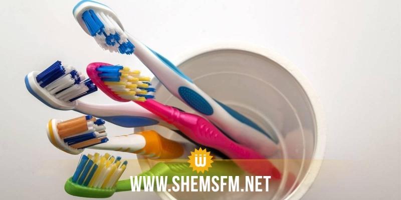 حاضنة لأمراض كثيرة: تحذيرات من فرشاة الأسنان
