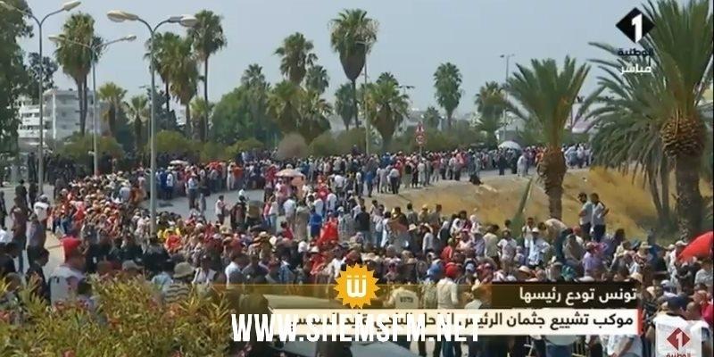 Avec des youyous et en chantant l'hymne national, les tunisiens font un dernier adieu au président Caied Essebssi (video)