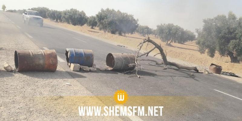 باجة: غلق الطريق المؤدية إلى عين دراهم بسبب انسداد شبكة مياه الشرب