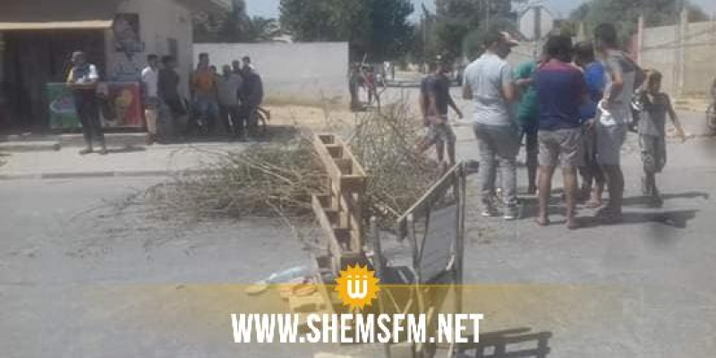 طبربة: أهالي حي الرمال يقطعون 'طريق الموت' للمطالبة بإنارتها وتركيز مخفضات للسرعة بها