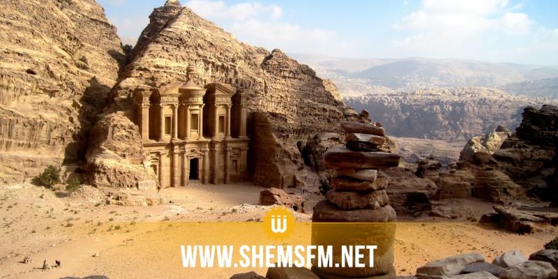 مجهولون يطلقون النار على حافلة تقل مرشدين سياحيين بالأردن