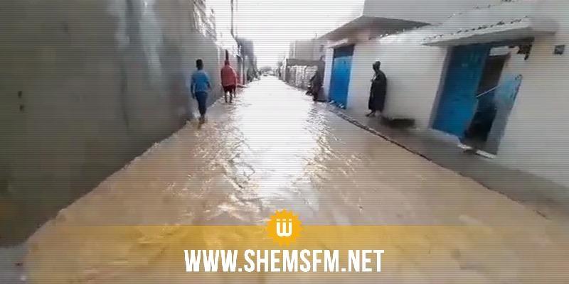 إختناق مروري بالعاصمة وعدد من أهالي أريانة يغلقون الطريق إثر إجتياح مياه الأمطار لمنازلهم