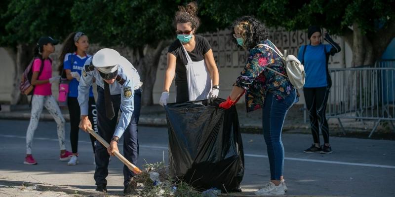 التونسيون ينخرطون في أنبل مفاهيم المواطنة.. ويتطوّعون لتنظيف بلادهم