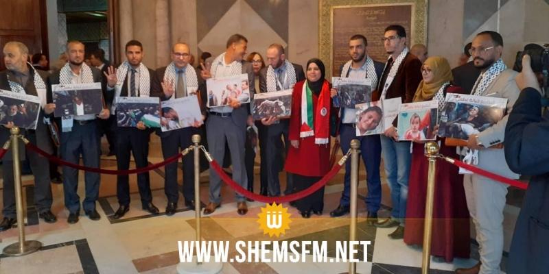 البرلمان: نواب إئتلاف الكرامة يرفعون شعارات تنادي بتحرير فلسطين