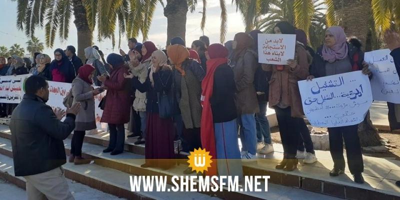 عدد من المعطلين يحتجون أمام مقر البرلمان يطالبون بالتشغيل