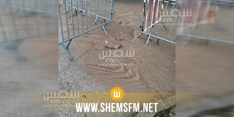 إثر تهاطل الأمطار: عليك الاستعانة بحجارة للدخول أو الخروج من البرلمان (صور)