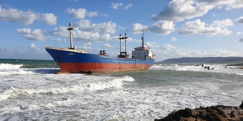 بنزرت: باخرة طغولية قادمة من الجزائر تنحرف بشاطئ الرمال