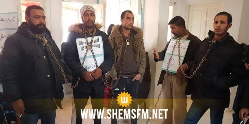 مكبلون بالسلاسل: 5 شبان في اعتصام بمقرّ معتمدية دوار هيشر