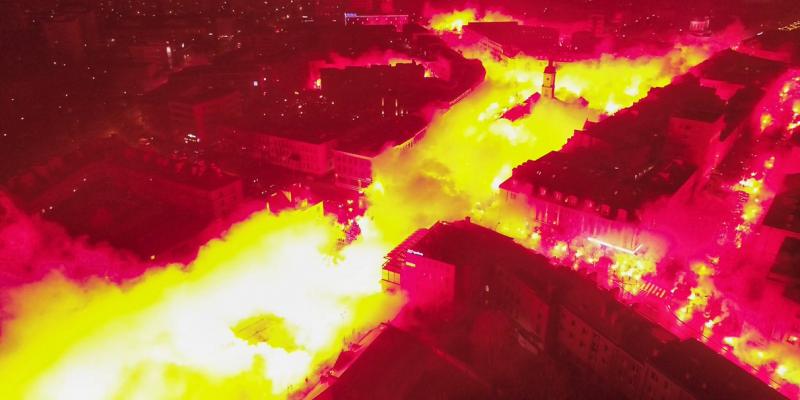 حوالي 1500 شمروخ تضيء مدينة بولونية في احتفالات نادي ياغولونيا لكرة القدم (فيديو)