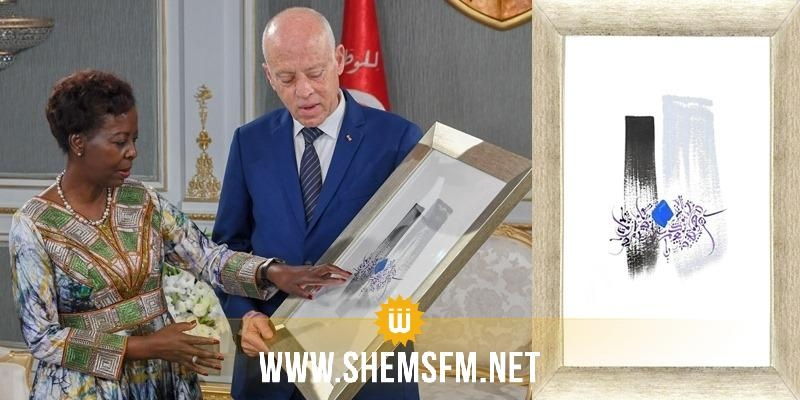 قيس سعيد  يهدي الأمينة العامة لمنظمة الفرنكوفونية لوحة فنية فيها الحروف الأبجدية بخط تونسي