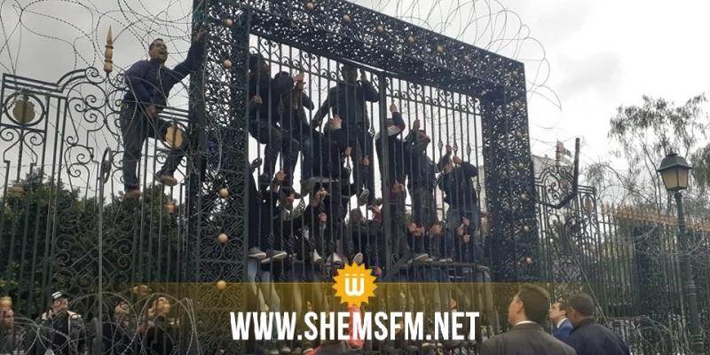 أمام البرلمان: محتجان يحاولان الانتحار وآخرون يحاولون اقتحام المؤسسة