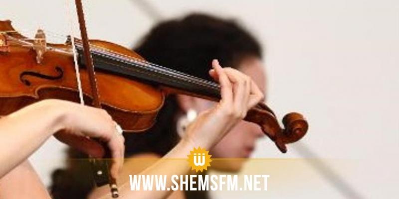 Une musicienne joue du violon pendant l'opération de son cerveau (vidéo)