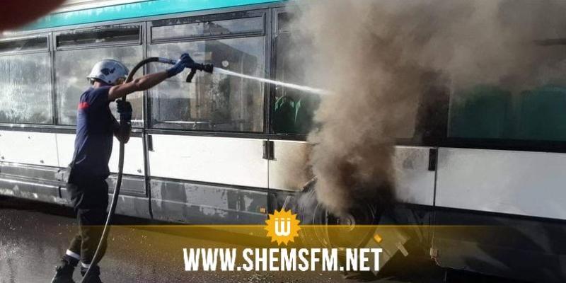 النحلي: اشتعال النيران بأحد عجلات حافلة دون ركاب (صور)