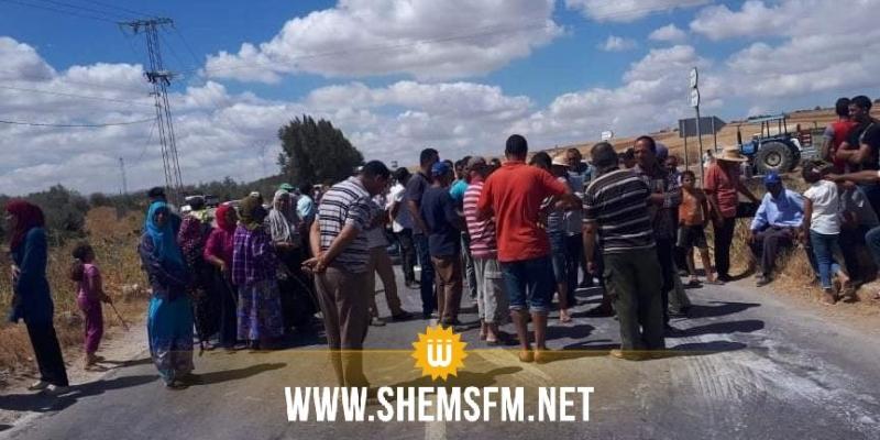 سكان منطقة عين قصر حديد يغلقون الطريق الرابط بين باجة وجندوبة للمطالبة بالماء والطريق