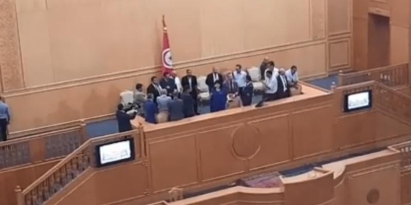 عبير موسي ونواب الكتلة يرفضون النزول من منصة الرئاسة بمجلس المستشارين