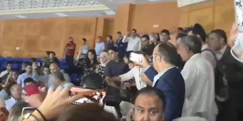 تلاسن وإحتقان في شرفة الجلسة العامة بسبب هتاف ورفع شعارات و'الصحفيون يحتجون'