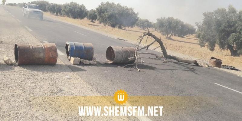 حفوز: أهالي منطقة أولاد الحاج يغلقون الطريق للمطالبة بحقهم في الماء