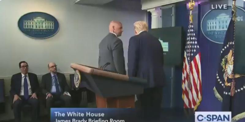 إخراج ترامب من مؤتمر صحفي بعد إطلاق نار