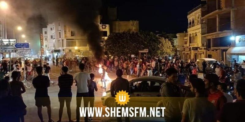 المنستير: محتجون يشعلون العجلات المطاطية و يتصدون لأعوان الديوانة أثناء مداهمة محل مصوغ