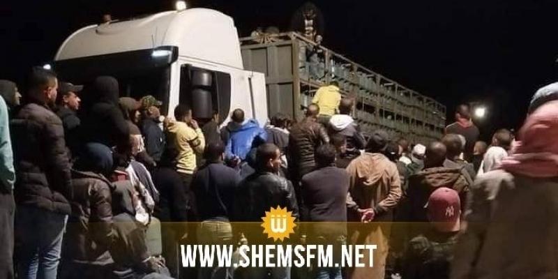اعتراض شاحنتين لقوارير غاز في المزونة: صاحب الحمولة يتنازل عن شاحنة والمواطنون يرفضون