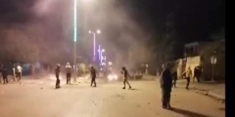 الرقاب: تجدد الاشتباكات والأمن يستعمل الغاز المسيل للدموع لتفريق المحتجين