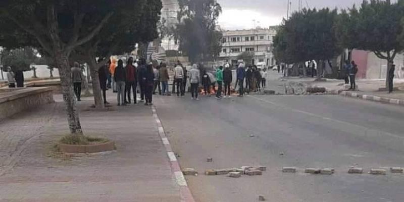 جلمة: شبان يغلقون عددا من الشوارع والأمن يتدخل بالغاز المسيل للدموع