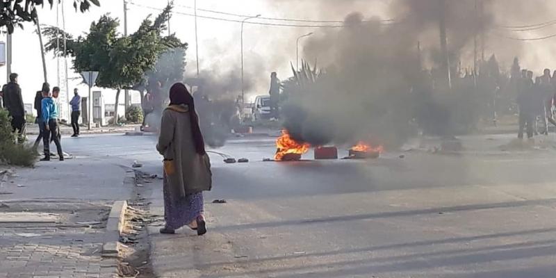 سوسة: غلق الطريق في حي العوينة للمطالبة بإطلاق سراح موقوف لم يحضر جنازة والده