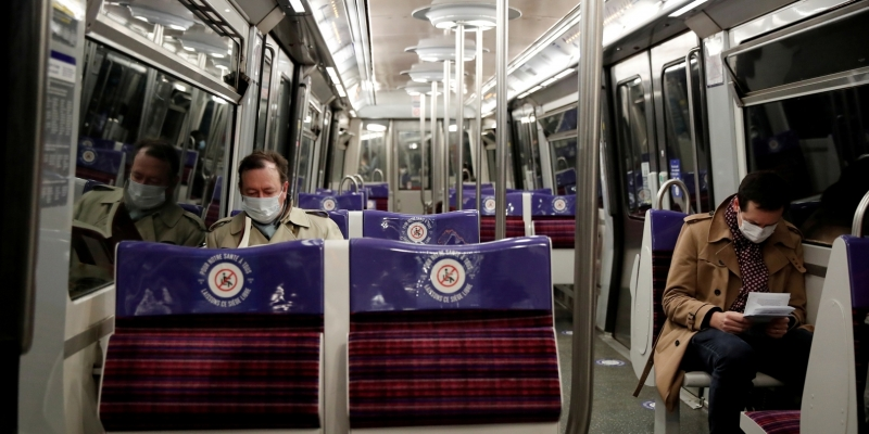 للوقاية من كورونا: الأكاديمية الفرنسية للطب توصي ركاب وسائل النقل العام بتفادي ''التحدث''
