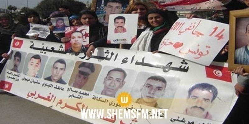 القصرين: عائلات شهداء الثورة يدخلون في إعتصام امام مكتب والي الجهة