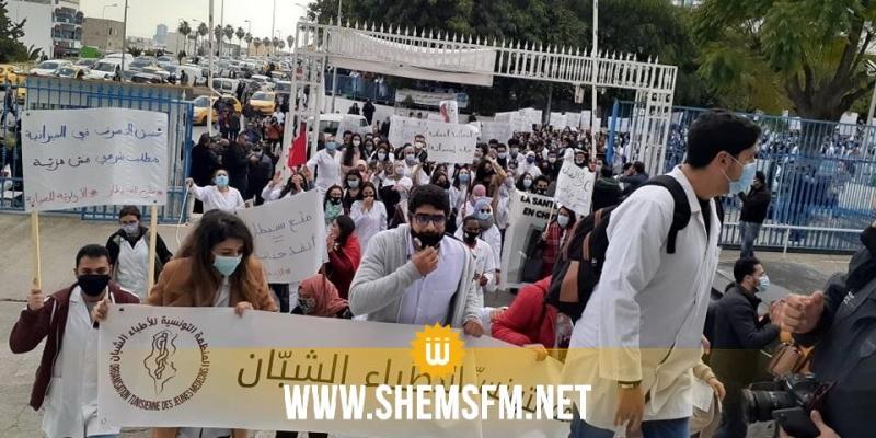 الأطباء الشبان في مسيرة احتجاجية (فيديو)