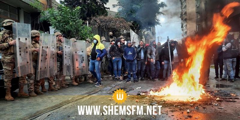 لبنان: المحتجون على الأزمة الإقتصادية يغلقون الطرقات في عدد من مناطق البلاد