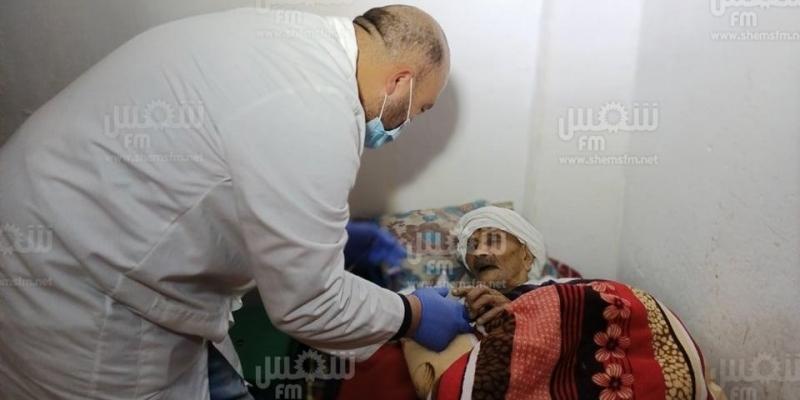 القصرين: تطعيم مسنين يبلغان من العمر 107 و117 سنة